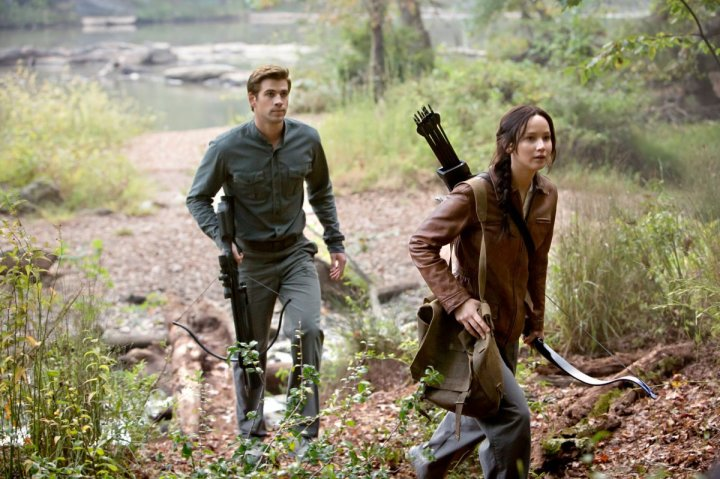 The-Hunger-Games-Mockingjay-Part-1-Liam-Hemsworth-and-Jennifer-Lawrence-2