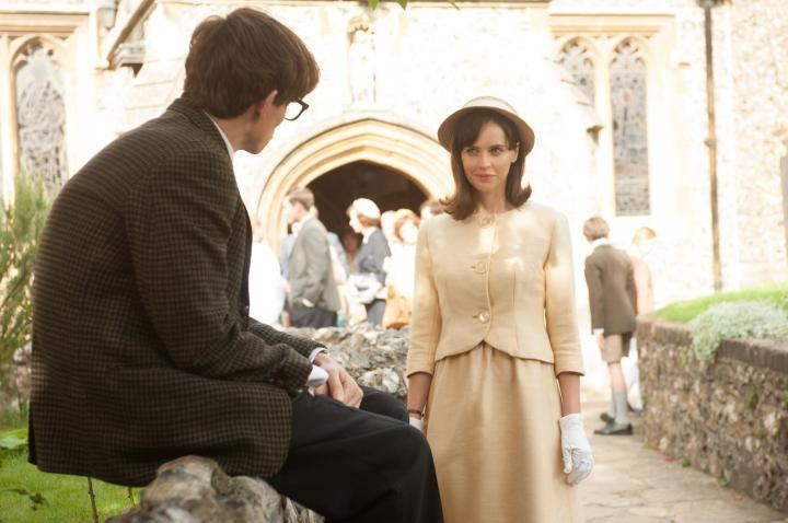 still-of-felicity-jones-and-eddie-redmayne-in-the-theory-of-everything-(2014)-large-picture