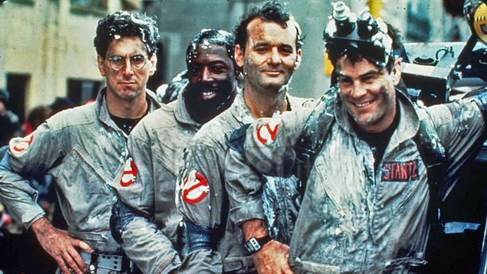"Foto: Harold Ramis (Egon), Ernie Hudson (Winston), Bill Murray (Peter) y Dan Aykroyd (Raymond) en la versión original de ""Ghostbusters"" en 1984."