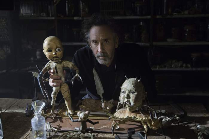 Foto: El director Tim Burton con algunos objetos de la utilería que usó para animar en stop motion.